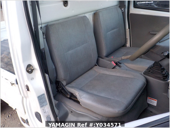 It is a picture of the white nissan clipper truck in 2004,Sub Photo 11 Stock No.Y034571