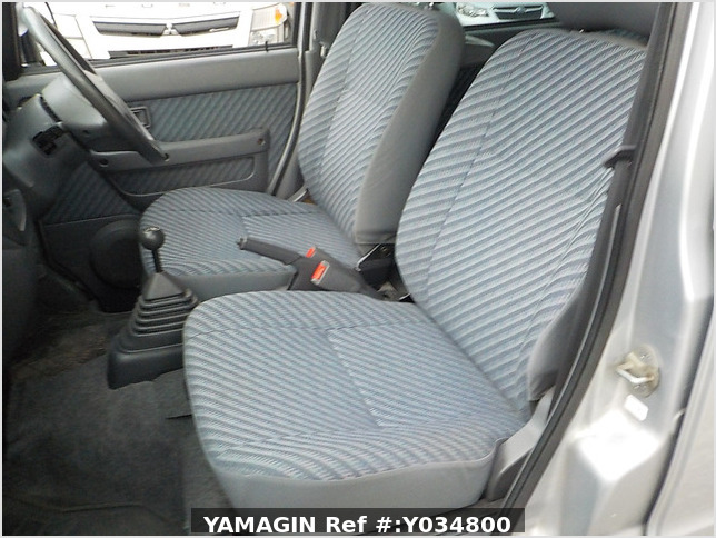 It is a picture of the silver daihatsu hijet passenger van in 2002,Sub Photo 14 Stock No.Y034800