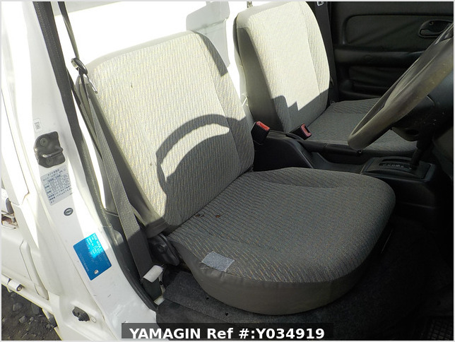 It is a picture of the white suzuki carry truck in 2001,Sub Photo 10 Stock No.Y034919
