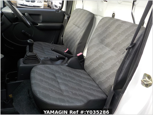 It is a picture of the white suzuki carry truck in 2005,Sub Photo 12 Stock No.Y035286