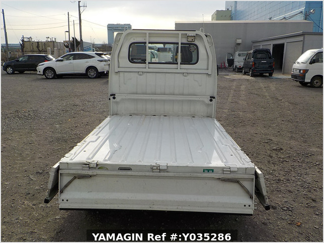 It is a picture of the white suzuki carry truck in 2005,Sub Photo 4 Stock No.Y035286