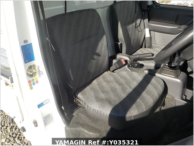 It is a picture of the white suzuki carry truck in 2002,Sub Photo 10 Stock No.Y035321