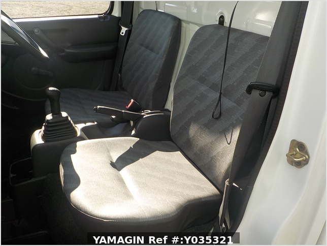 It is a picture of the white suzuki carry truck in 2002,Sub Photo 11 Stock No.Y035321