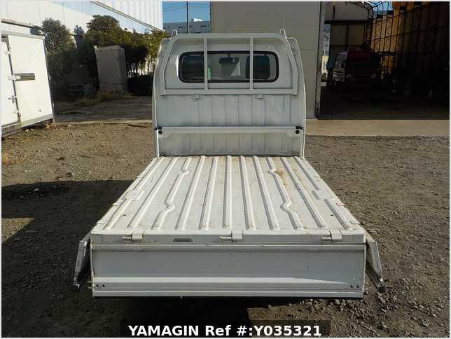 It is a picture of the white suzuki carry truck in 2002,Sub Photo 4 Stock No.Y035321