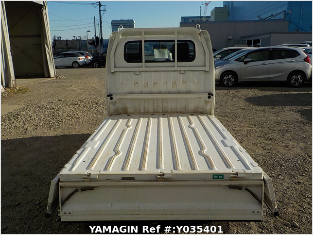 It is a picture of the white suzuki carry truck in 2006,Sub Photo 4 Stock No.Y035401