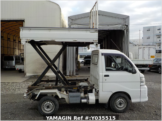 It is a picture of the white daihatsu hijet scissors dump in 2005,Sub Photo 0 Stock No.Y035515