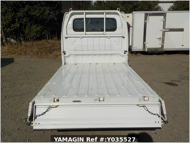 It is a picture of the white suzuki carry truck in 2003,Sub Photo 4 Stock No.Y035527