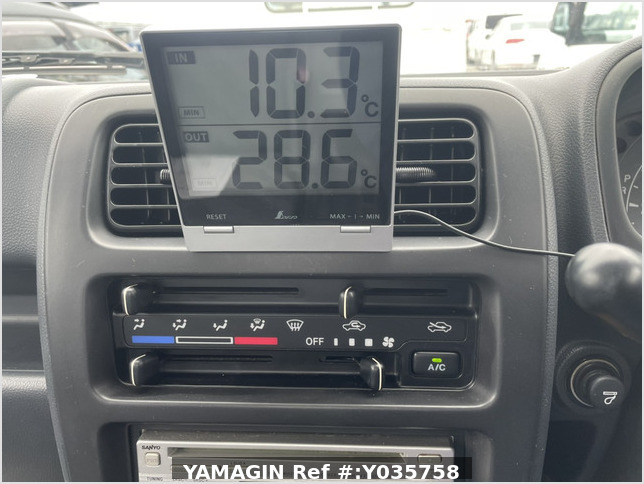 It is a picture of the white suzuki carry truck in 2007,Sub Photo 12 Stock No.Y035758
