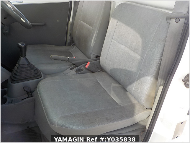 It is a picture of the white nissan clipper truck in 2004,Sub Photo 12 Stock No.Y035838