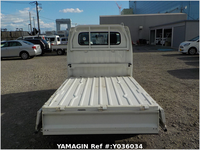 It is a picture of the white suzuki carry truck in 2006,Sub Photo 4 Stock No.Y036034