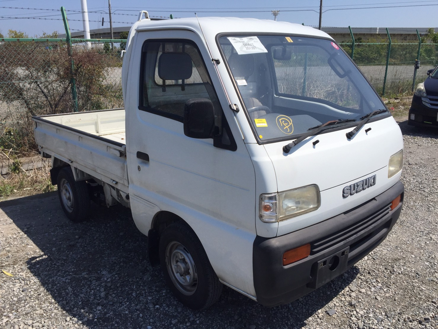 It is a picture of the white suzuki carry truck in 1993,First Photo Stock No.Y036045