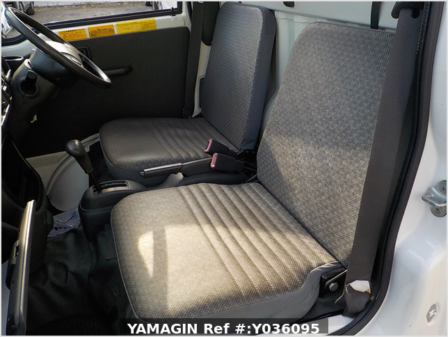 It is a picture of the white daihatsu hijet  dump in 2011,Sub Photo 14 Stock No.Y036095