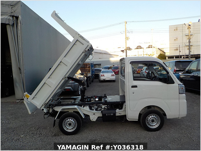 It is a picture of the white daihatsu hijet dump in 2018,Sub Photo 0 Stock No.Y036318