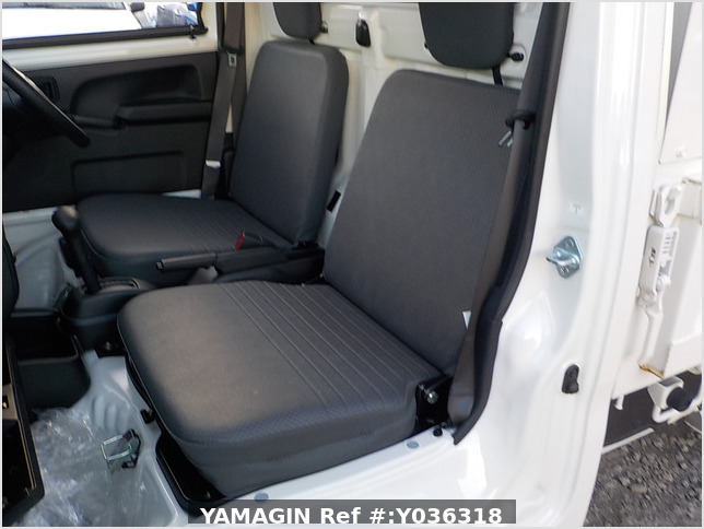It is a picture of the white daihatsu hijet dump in 2018,Sub Photo 15 Stock No.Y036318