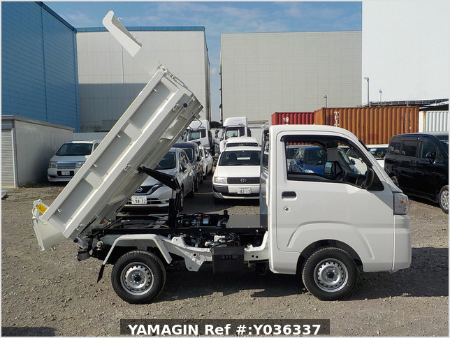 It is a picture of the white daihatsu hijet dump in 2021,Sub Photo 0 Stock No.Y036337