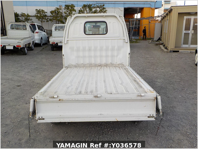 It is a picture of the white suzuki carry truck in 2001,Sub Photo 4 Stock No.Y036578