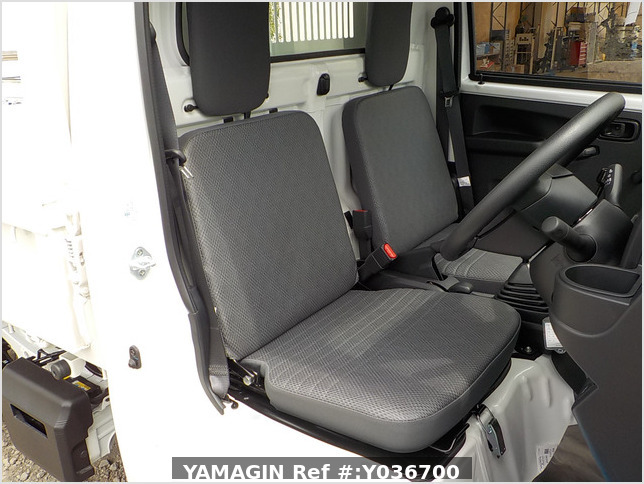 It is a picture of the white daihatsu hijet dump in 2020,Sub Photo 15 Stock No.Y036700