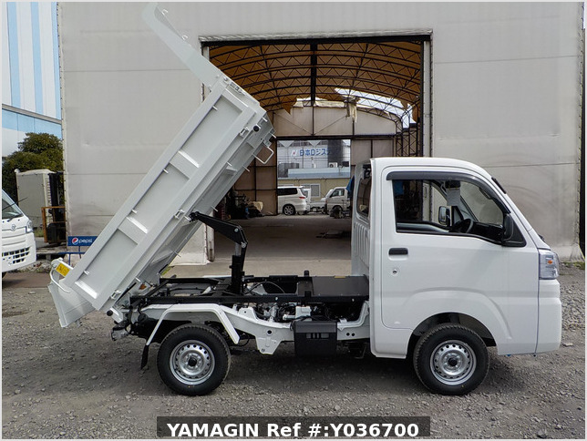 It is a picture of the white daihatsu hijet dump in 2020,Sub Photo 0 Stock No.Y036700