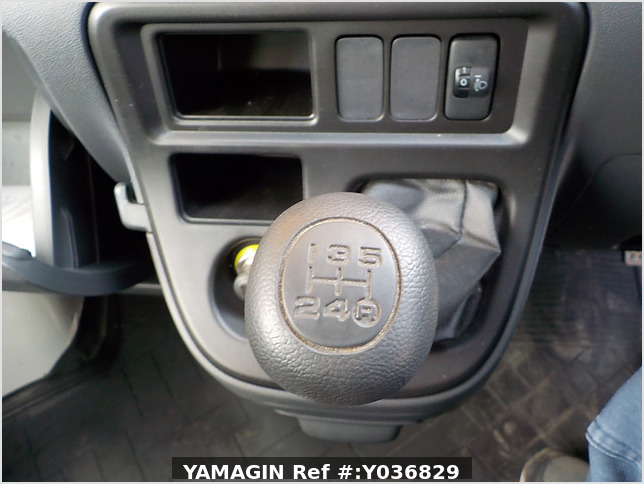 It is a picture of the white daihatsu hijet deck van in 2015,Sub Photo 8 Stock No.Y036829