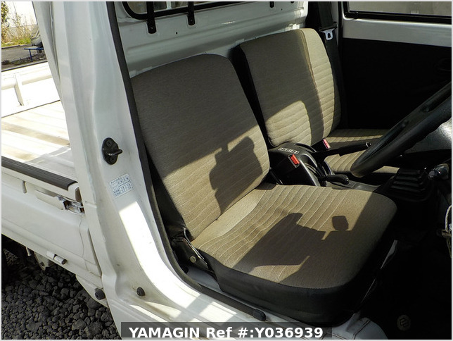 It is a picture of the white suzuki carry truck in 1996,Sub Photo 11 Stock No.Y036939