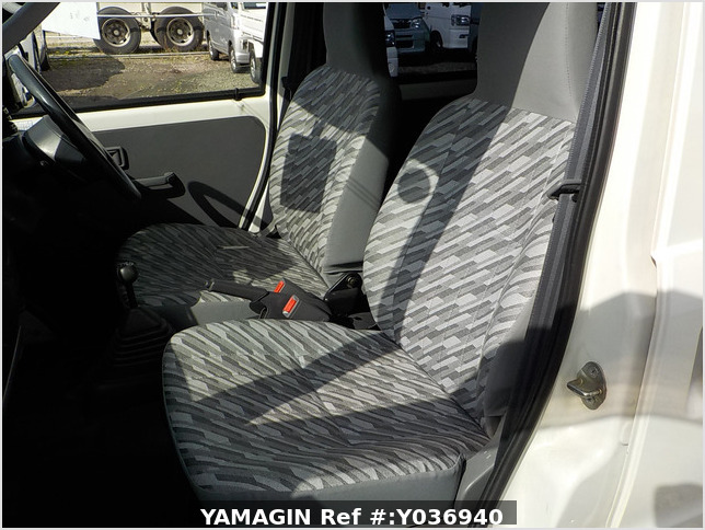 It is a picture of the white daihatsu hijet passenger van in 2004,Sub Photo 7 Stock No.Y036940