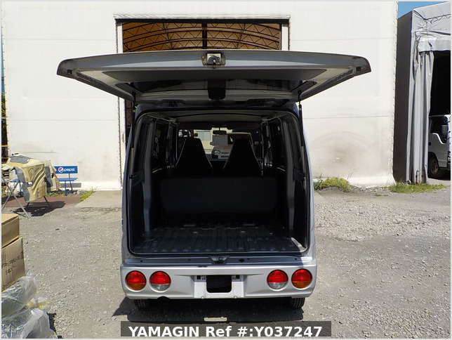 It is a picture of the silver mitsubishi minicab passenger van in 2001,Sub Photo 5 Stock No.Y037247