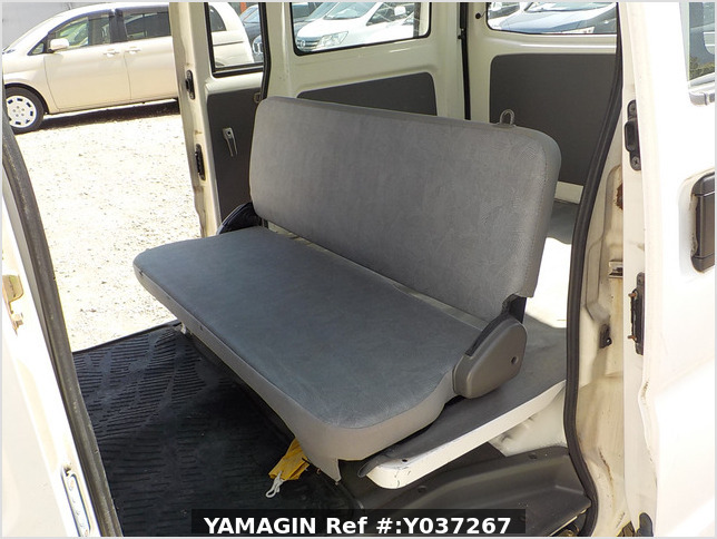 It is a picture of the white mitsubishi minicab passenger van in 2003,Sub Photo 12 Stock No.Y037267