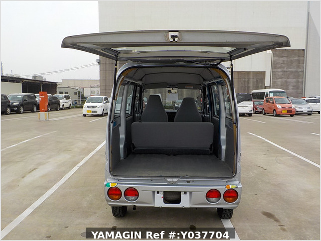 It is a picture of the silver mitsubishi minicab passenger van in 2007,Sub Photo 4 Stock No.Y037704