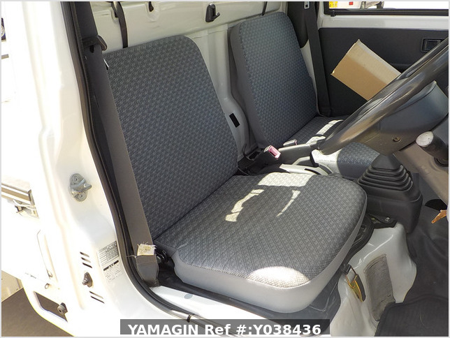 It is a picture of the white daihatsu hijet  truck in 2005,Sub Photo 9 Stock No.Y038436
