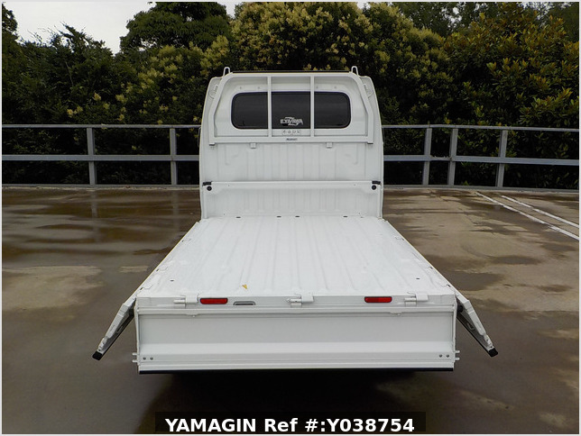 It is a picture of the white suzuki carry truck in 2013,Sub Photo 4 Stock No.Y038754